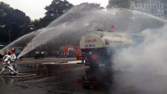 Xe thang hiện đại nhất Hà Nội tập chữa cháy xe chở xăng ảnh 10