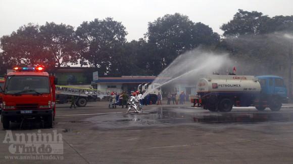 Xe thang hiện đại nhất Hà Nội tập chữa cháy xe chở xăng ảnh 4