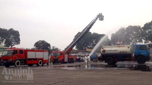 Xe thang hiện đại nhất Hà Nội tập chữa cháy xe chở xăng ảnh 6