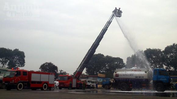 Xe thang hiện đại nhất Hà Nội tập chữa cháy xe chở xăng ảnh 1
