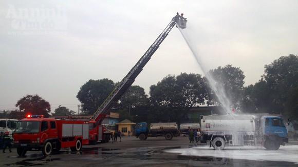 Xe thang hiện đại nhất Hà Nội tập chữa cháy xe chở xăng ảnh 9