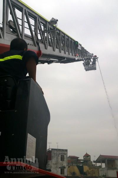 Xe thang hiện đại nhất Hà Nội tập chữa cháy xe chở xăng ảnh 11