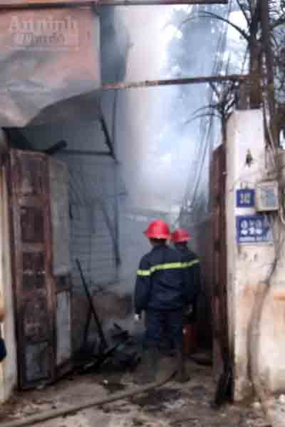 5 xe chữa cháy cứu xưởng mộc bốc phát hỏa ảnh 5