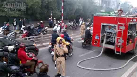 5 xe chữa cháy cứu xưởng mộc bốc phát hỏa ảnh 3
