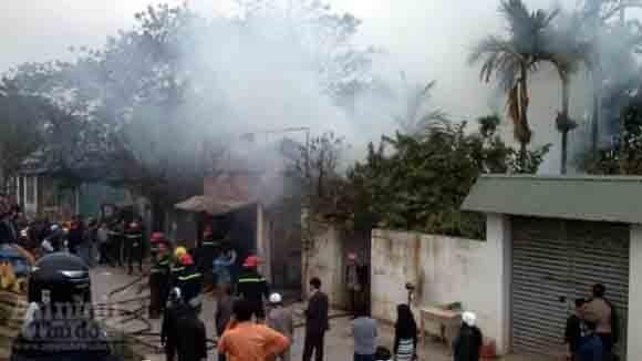 5 xe chữa cháy cứu xưởng mộc bốc phát hỏa ảnh 2