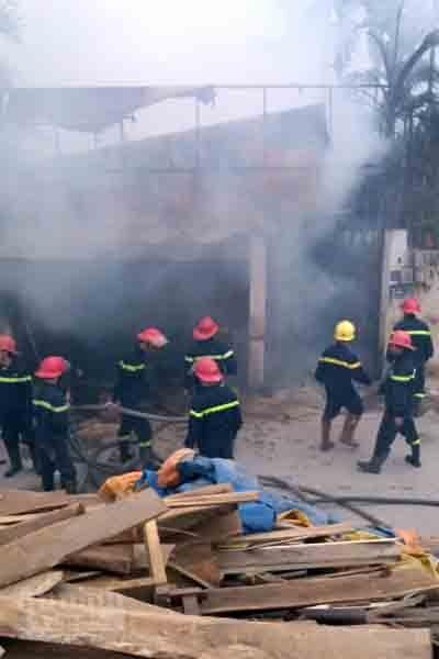 5 xe chữa cháy cứu xưởng mộc bốc phát hỏa ảnh 6
