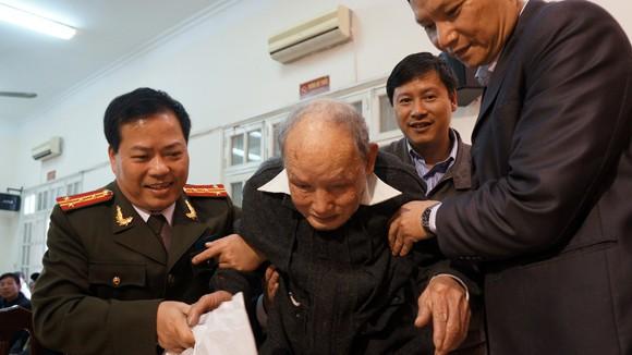 CATP Hà Nội và UBND quận Đống Đa chúc Tết, tặng quà giáo dân ảnh 2