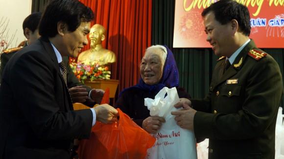 CATP Hà Nội và UBND quận Đống Đa chúc Tết, tặng quà giáo dân ảnh 1