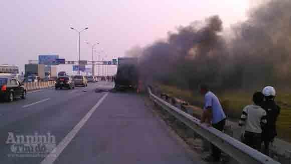 """Cảnh sát PC&CC chạy bộ 2 km """"cấp cứu"""" xe giường nằm bốc cháy ảnh 1"""