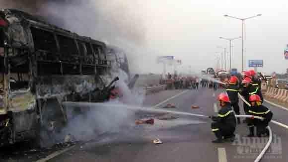 """Cảnh sát PC&CC chạy bộ 2 km """"cấp cứu"""" xe giường nằm bốc cháy ảnh 6"""