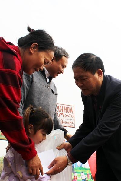 CATP Hà Nội chúc Tết, tặng quà nhân dân, giáo dân nghèo ven sông Hồng ảnh 10