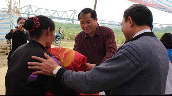 CATP Hà Nội chúc Tết, tặng quà nhân dân, giáo dân nghèo ven sông Hồng ảnh 12