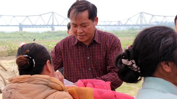 CATP Hà Nội chúc Tết, tặng quà nhân dân, giáo dân nghèo ven sông Hồng ảnh 11