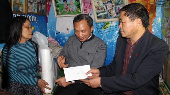 CATP Hà Nội chúc Tết, tặng quà nhân dân, giáo dân nghèo ven sông Hồng ảnh 8