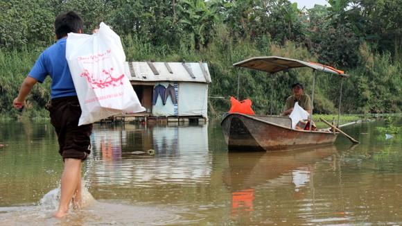 CATP Hà Nội chúc Tết, tặng quà nhân dân, giáo dân nghèo ven sông Hồng ảnh 14