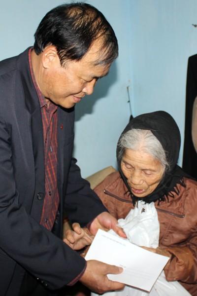 CATP Hà Nội chúc Tết, tặng quà nhân dân, giáo dân nghèo ven sông Hồng ảnh 9