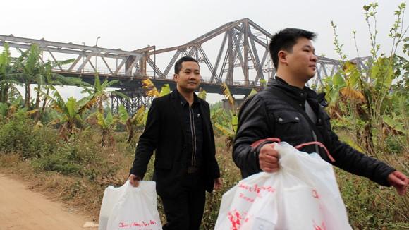 CATP Hà Nội chúc Tết, tặng quà nhân dân, giáo dân nghèo ven sông Hồng ảnh 3