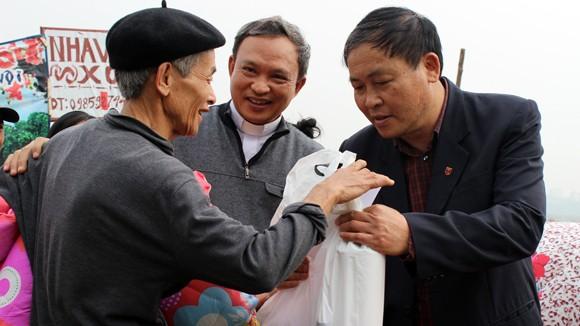 CATP Hà Nội chúc Tết, tặng quà nhân dân, giáo dân nghèo ven sông Hồng ảnh 6