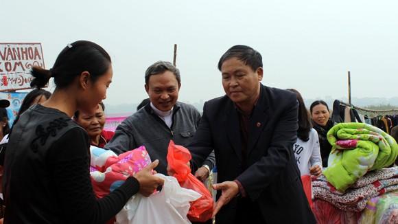 CATP Hà Nội chúc Tết, tặng quà nhân dân, giáo dân nghèo ven sông Hồng ảnh 7