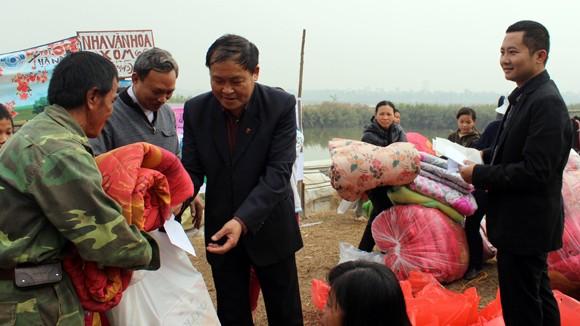 CATP Hà Nội chúc Tết, tặng quà nhân dân, giáo dân nghèo ven sông Hồng ảnh 5