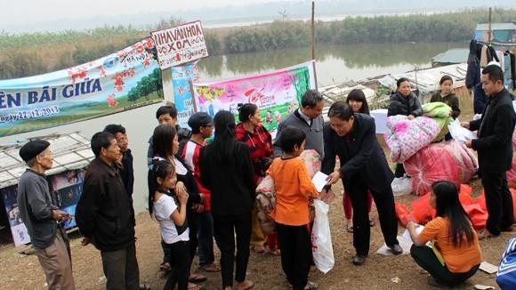 CATP Hà Nội chúc Tết, tặng quà nhân dân, giáo dân nghèo ven sông Hồng ảnh 1