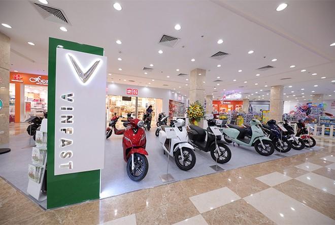 VinFast đồng loạt khai trương 21 showroom ô tô và xe máy điện ảnh 1