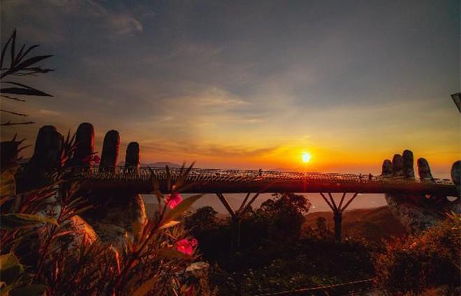 Ngắm không biết chán những khoảnh khắc tuyệt đẹp của Cầu Vàng ảnh 2