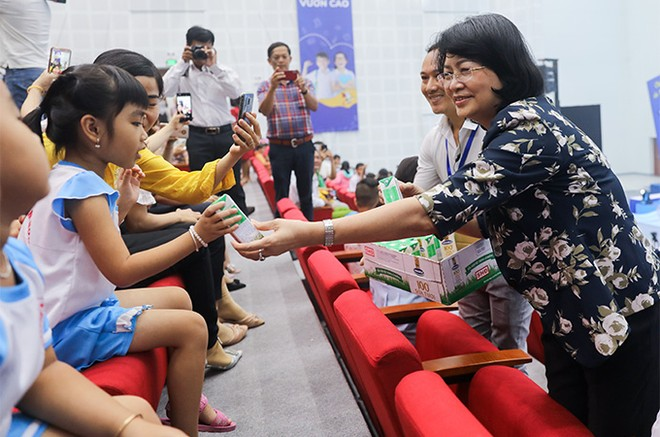 Hơn 46.300 học sinh tỉnh Vĩnh Long được thụ hưởng Sữa học đường năm học 2020-2021 ảnh 2