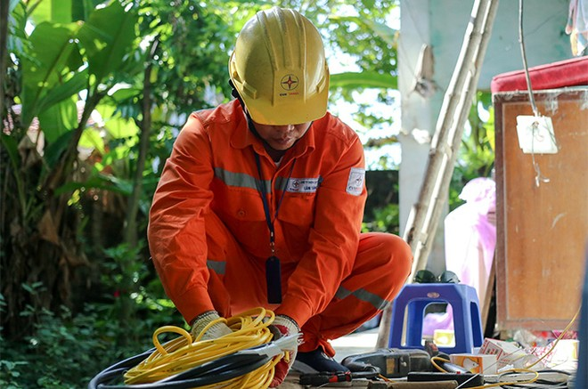 EVNHANOI sửa chữa, lắp đặt hệ thống điện cho 100% hộ nghèo thuộc huyện Thanh Oai ảnh 4