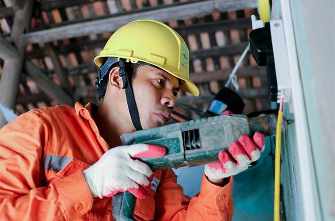 EVNHANOI sửa chữa, lắp đặt hệ thống điện cho 100% hộ nghèo thuộc huyện Thanh Oai ảnh 7