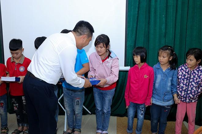 EVNHANOI trao tặng 50.000 quyển vở cho học sinh nghèo ngoại thành Hà Nội ảnh 5