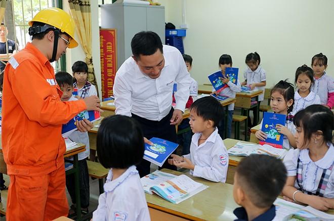 EVNHANOI trao tặng 50.000 quyển vở cho học sinh nghèo ngoại thành Hà Nội ảnh 3