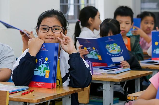 EVNHANOI trao tặng 50.000 quyển vở cho học sinh nghèo ngoại thành Hà Nội ảnh 7