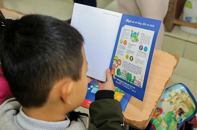 EVNHANOI trao tặng 50.000 quyển vở cho học sinh nghèo ngoại thành Hà Nội ảnh 4