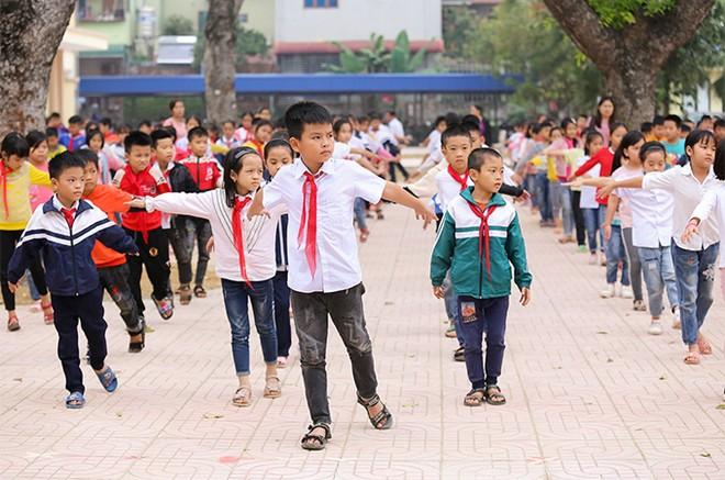EVNHANOI trao tặng 50.000 quyển vở cho học sinh nghèo ngoại thành Hà Nội ảnh 1