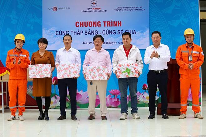 EVNHANOI trao tặng 50.000 quyển vở cho học sinh nghèo ngoại thành Hà Nội ảnh 2