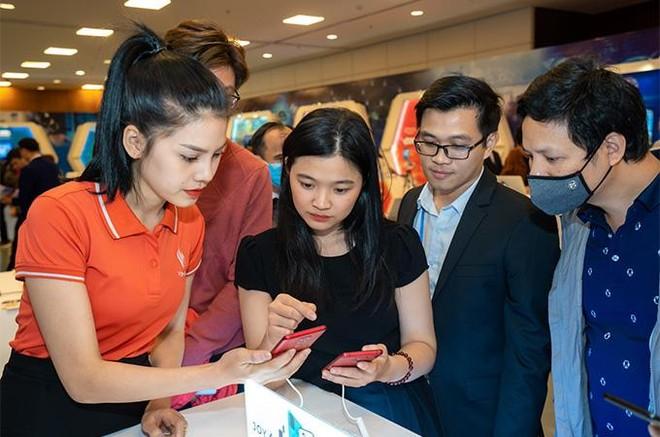 """Người dùng háo hức trải nghiệm điện thoại Vsmart 5G """"Make in Vietnam"""" ảnh 5"""