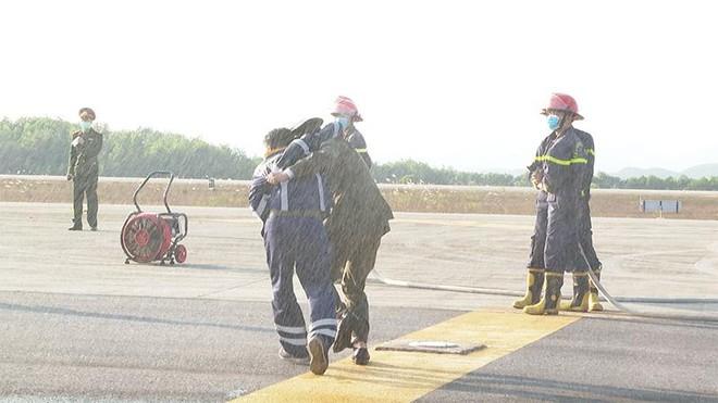 Sân bay Vân Đồn diễn tập cứu hộ máy bay hạ cánh khẩn cấp ảnh 1