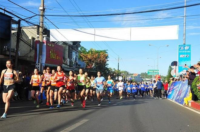 Gần 1.500 vận động viên chinh phục đỉnh núi Bà Rá cùng Number 1 Active ảnh 1