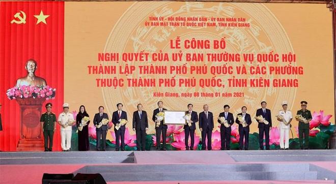 Nam Phú Quốc rực rỡ chưa từng thấy trong đại tiệc nghệ thuật và pháo hoa chào đón Phú Quốc lên thành phố ảnh 1