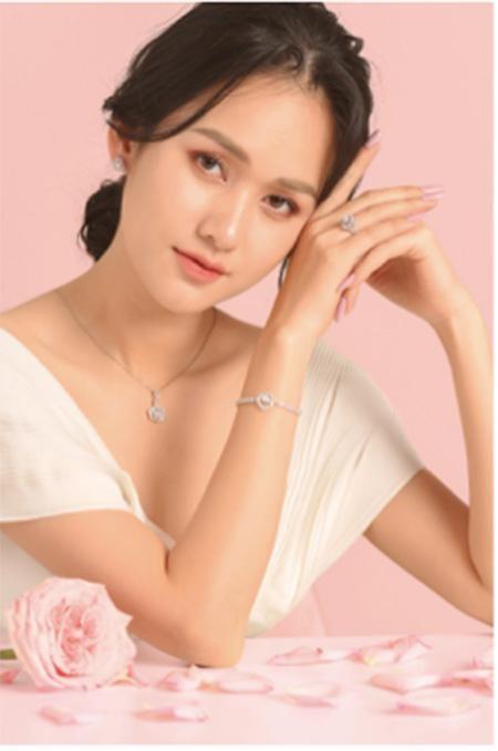 Cảm hứng hoa hồng trong những bộ sưu tập thời trang kinh điển ảnh 3