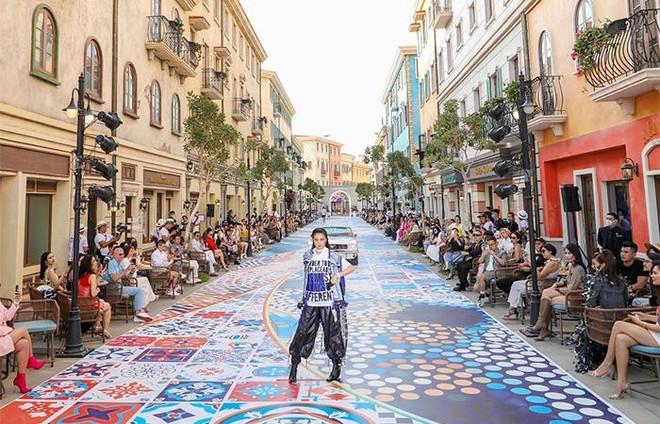 """Những sàn catwalk độc nhất vô nhị của Fashion Voyage #3 ấn tượng đến """"đứng tim"""" ảnh 4"""