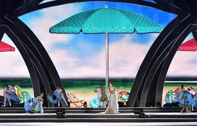 """Khán giả trầm trồ trước sân khấu hoành tráng đêm khai mạc Lễ hội du lịch Biển 2021 """"Sầm Sơn cất cánh"""" ảnh 5"""