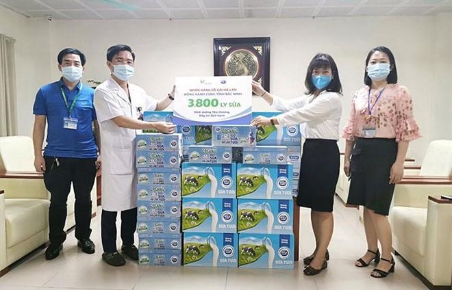 Cô Gái Hà Lan tiếp tục mang 450.000 ly sữa yêu thương, tiếp sức cho tâm dịch vững vàng ảnh 3