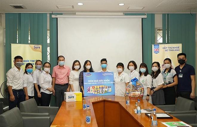 Vinamilk trao tặng món quà sức khoẻ đến cán bộ y tế tuyến đầu và gia đình nhân ngày Gia đình Việt Nam ảnh 3