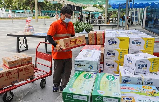 Vinamilk trao tặng món quà sức khoẻ đến cán bộ y tế tuyến đầu và gia đình nhân ngày Gia đình Việt Nam ảnh 4