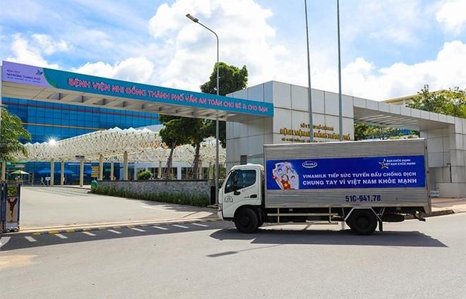 Vinamilk trao tặng món quà sức khoẻ đến cán bộ y tế tuyến đầu và gia đình nhân ngày Gia đình Việt Nam ảnh 5