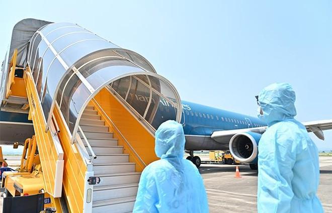 """Sân bay Vân Đồn đón 345 khách có """"Hộ chiếu vắc xin"""" về từ Mỹ ảnh 3"""
