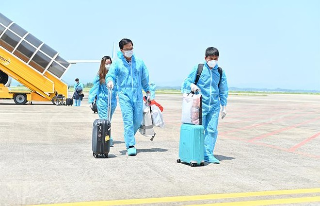 """Sân bay Vân Đồn đón 345 khách có """"Hộ chiếu vắc xin"""" về từ Mỹ ảnh 4"""