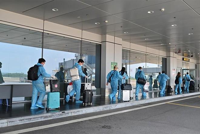 """Sân bay Vân Đồn đón 345 khách có """"Hộ chiếu vắc xin"""" về từ Mỹ ảnh 5"""